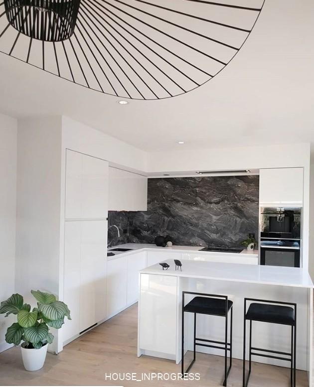 Cuisine blanc laquée et crédence marbre Schmidt - House in ...