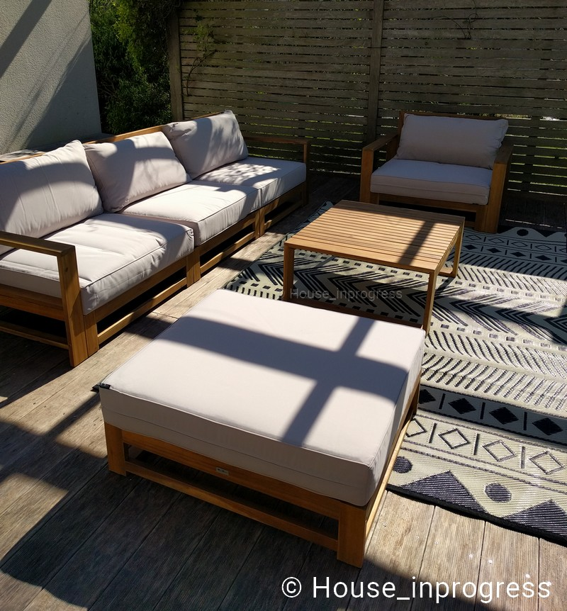 Salon de jardin en bois et coussins beige 5 places - House in progress