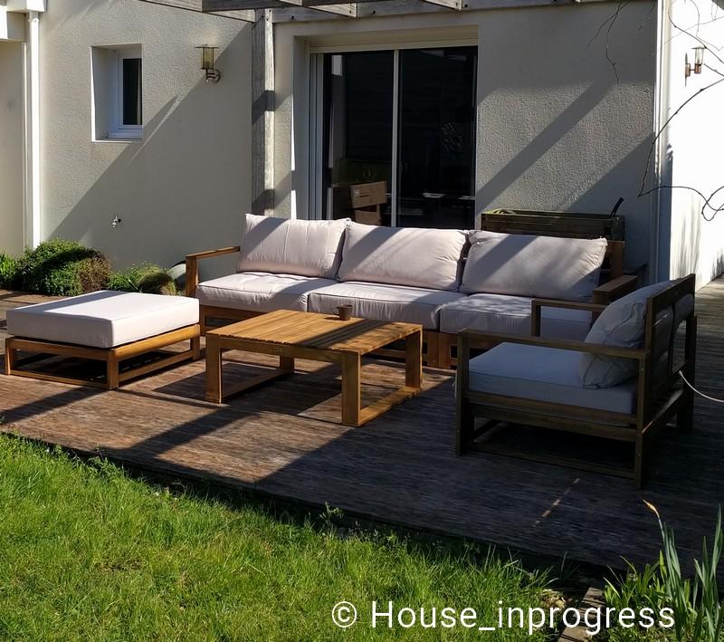 Salon de jardin en bois et coussins beige 5 places - House ...